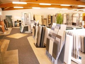 SCHÄTZ - Fliesenhandel & Fliesenverlegung in Dettenheim. Auf über 500 m² Ausstellungsfläche finden Sie eine riesige Auswahl an Produkten der führenden Wand- und Bodenfliesen-Hersteller für den Außen- und Innenbereich. Wir beraten Sie gerne und helfen Ihnen bei der Umsetzung Ihrer Wohnträume. Kommen Sie in unseren Showroom und überzeugen Sie sich von unserem Angebot!