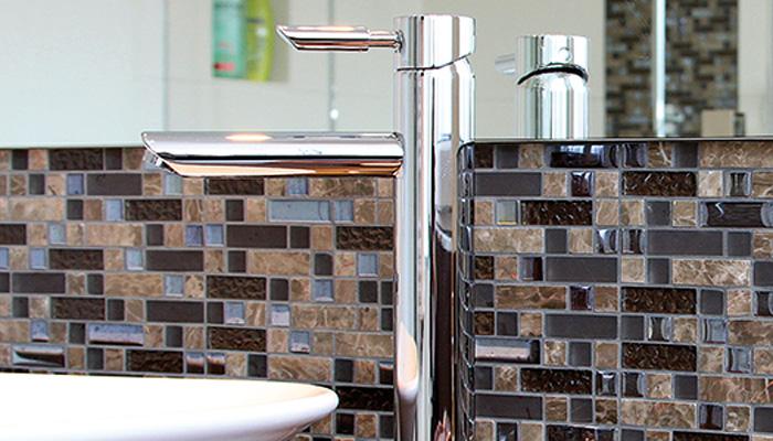 Mosaikfliesen sind vielseitig und beliebt. In unserer Fliesenausstellung finden Sie eine vielseitige Auswahl an Glasmosaiken und Glasfliesen, mit denen Sie Ihrer Kreativität freien Lauf lassen können. Egal ob im Bad, der Toilette oder in der Küche, mit dem richtigen Mosaik setzen Sie Akzente zum Staunen.