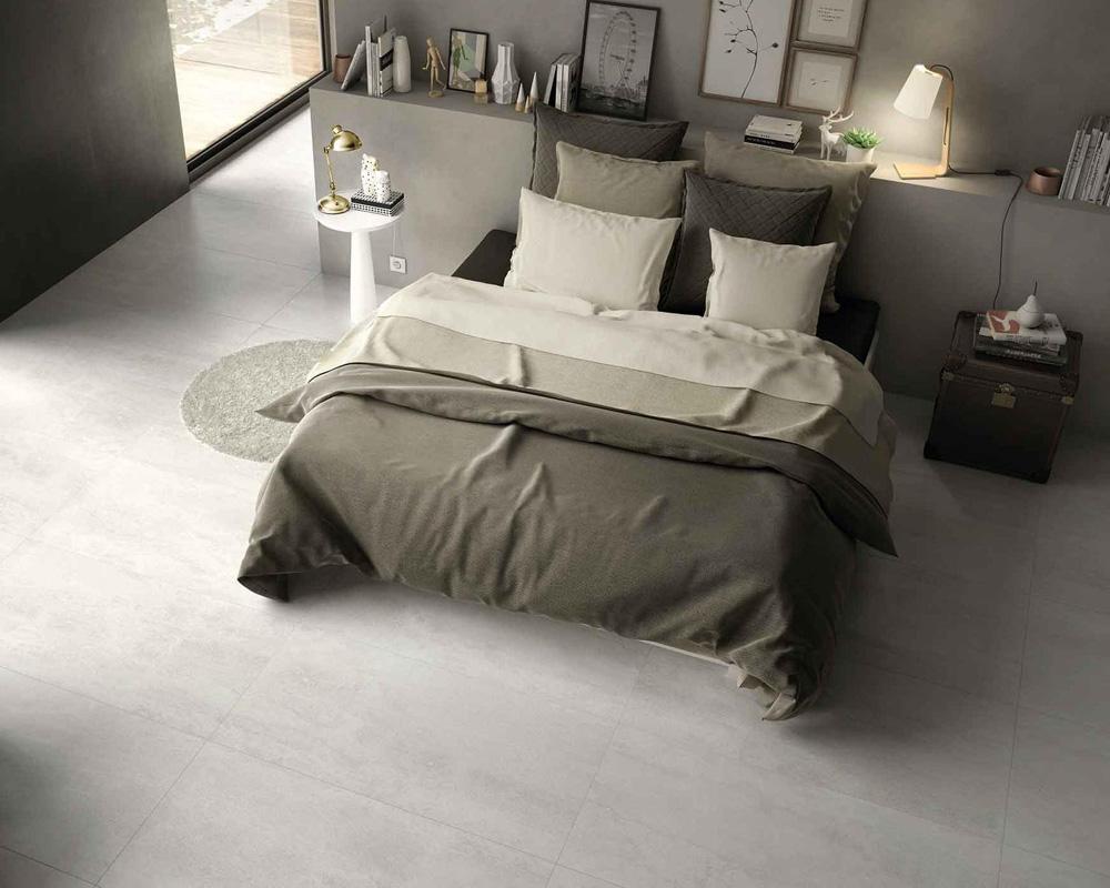 Sind Sie auf der Suche nach Fliesen für Ihr Schlafzimmer? Bei uns finden Sie Schlafzimmer-Fliesen für einen gemütlichen und stillvollen Wohnraum. Entdecken Sie bei Fliesen SCHÄTZ Bodenfliesen und Wandfliesen zur Verschönerung Ihres Schlafzimmers. Lassen Sie sich in unserer großen Fliesenfachausstellung von aktuellen Wohnideen inspirieren. Wir beraten Sie gerne umfassend bei Ihrer Raum- und Bodengestaltung.